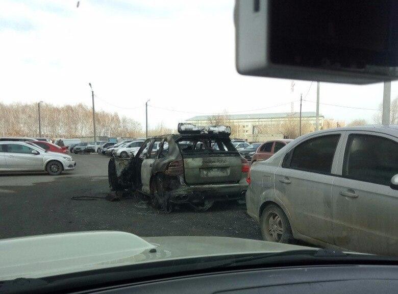 Появились фото Порш Cayenne, сгоревшего ночью вОмске