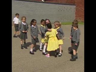 Реакция школьниц на протез подруги