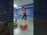 Кроссфит атлет, клуб ОФП. Запрыгивание на тумбу.