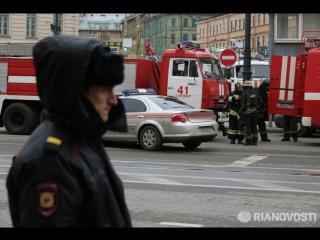 Петербуржцы несут цветы к месту трагедии