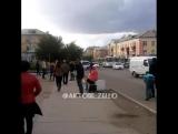 В Сети появилось видео задержания мужчины на рынке в Актобе