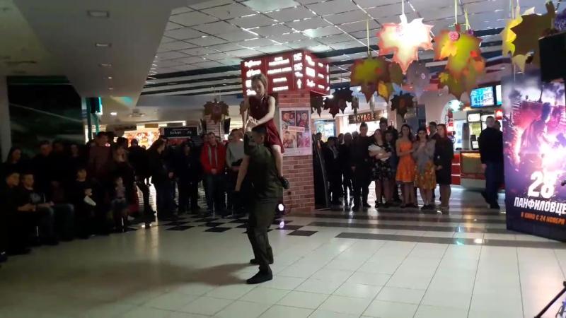 выступление коллектива Оптима на премьере фильма 28 панфиловцев в Мегагринне