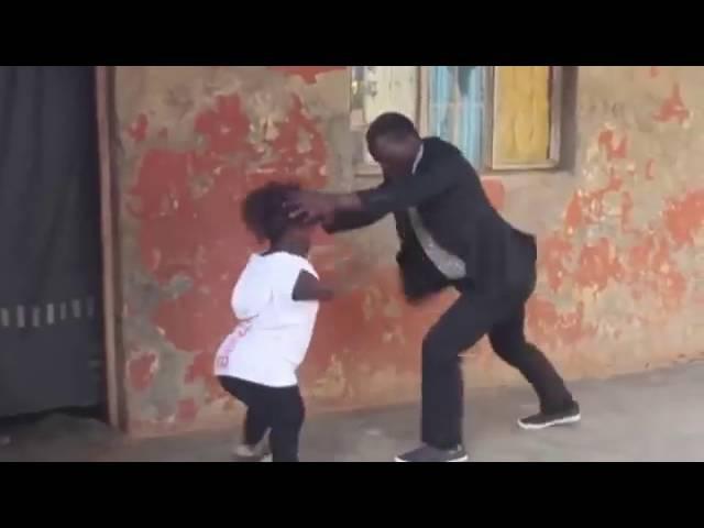 Смотрите как танцует круто карлик