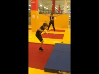 Сын и Мама на занятиях акробатикой на батуте в школе