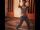 Классно танцует шафл