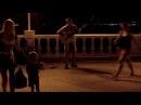 Прикольный уличный гитарист круто играет на набережной на Черном море в Гелендж