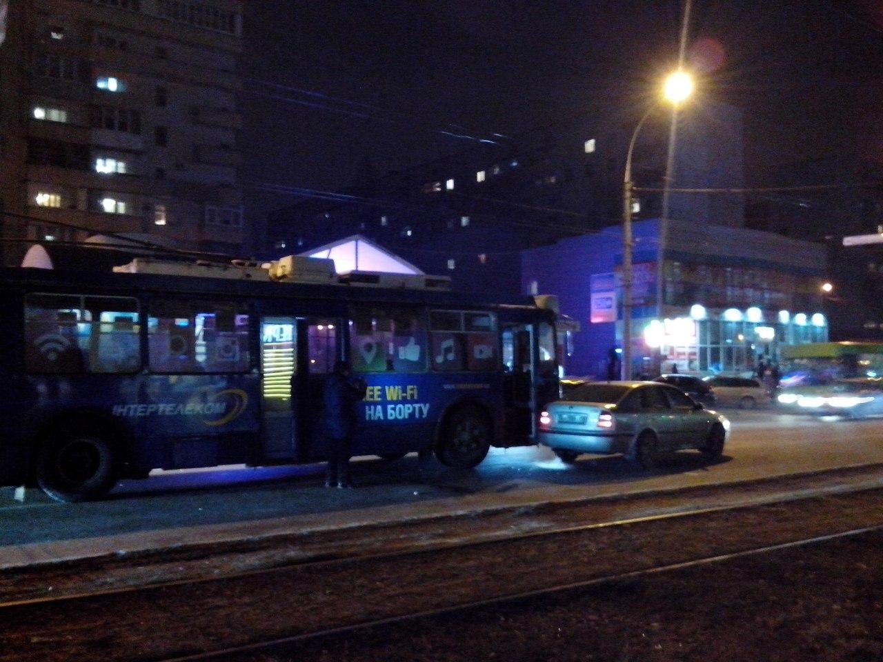 У Харкові не розминулися тролейбус та іномарка (ФОТО) - фото 2
