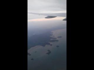 Под крылом самолёта о чем то поёт зелёное море тайги