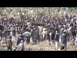 Йемен: Тысячи оплакивал смерть мэра Сана в следующий авиаудара рынок зала.