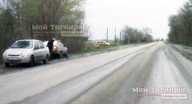 На выезде из Таганрога дорогу не поделили две легковушки