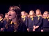 10-летняя Кайли Роджерс вместе с детским школьным хором поет хвалебный псалом Леонарда Коэна Аллилуйя