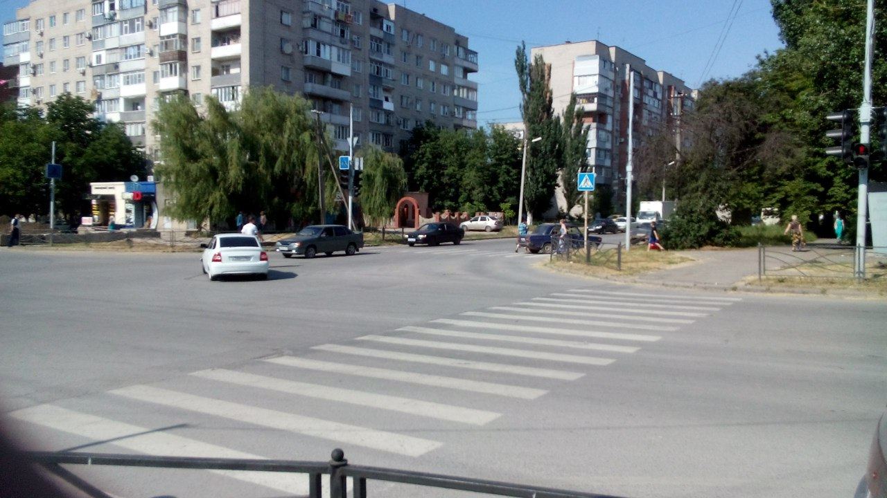 В Таганроге на Русском поле дорогу не поделили «ВАЗ-2106» и Lada Priora