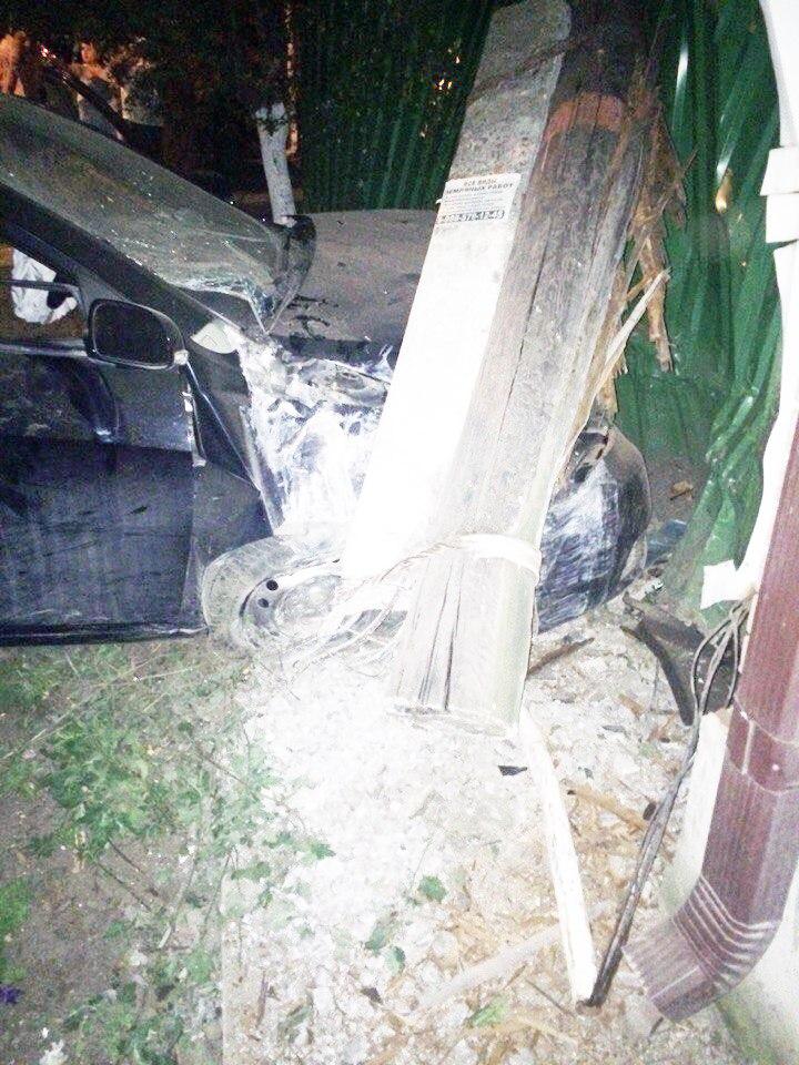 В Таганроге пьяный водитель на Geely Emgrand врезался в столб и забор, 4 пострадавших