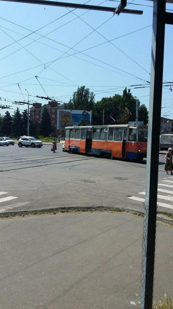 В центре Таганрога дорогу не поделили трамвай №3 и Hyundai Solaris