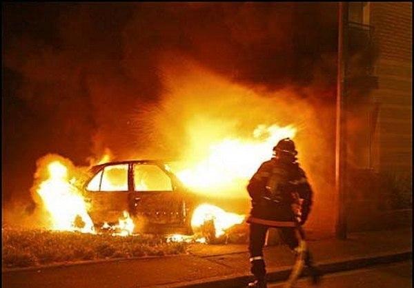 В Таганроге неизвестные подожгли автомобиль Peugeot