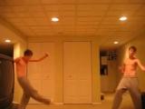 Молодой симпатичный парень прикольно танцует