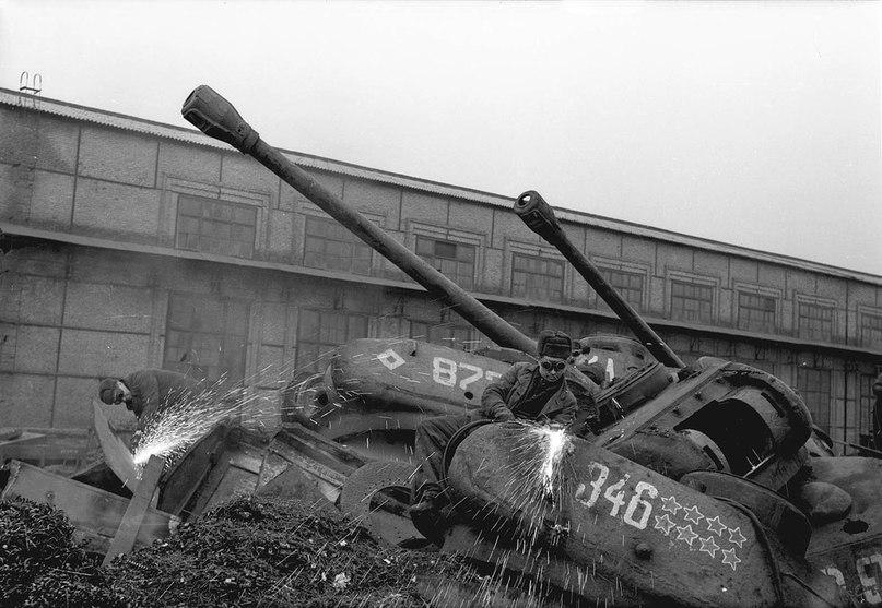 Запорожье, январь 1960 года. Подготовка танков к переплавке, завод «Днепроспецсталь». Фото: Ирина Пап