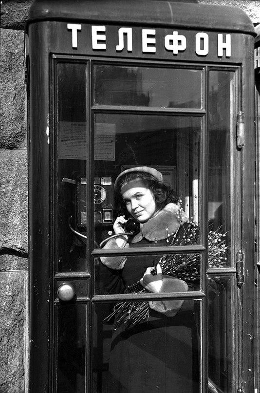 Киев, март 1960 года. Весенний этюд. В телефонной будке — студентка первого курса театрального института Мария Форманюк. Фото: Ирина Пап