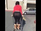 Chica nalgona se desnuda en plena calle 2016