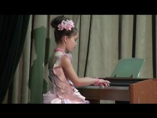 Наше первое выступление на фортепиано на сцене. Праздник осени 2016 год