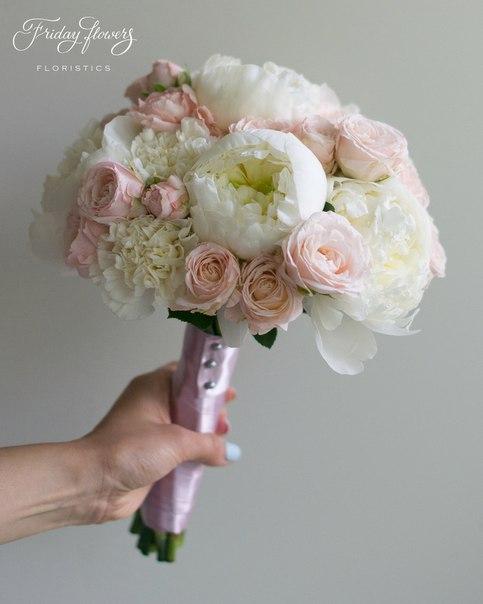 Букет №43 (свадебный), 6000 руб. Состав: пионы, кустовые пионовидные розы Бомбастик, диантус.