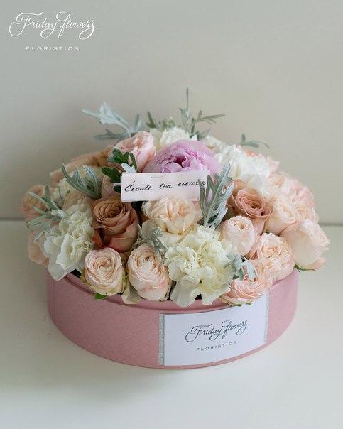 Цветочный тортик №19, 6900 руб. Размер М (диаметр 22 см) Состав: кустовые пионовидные розы Бомбастик, розы Капучино, диантус (два вида), сенеция, пион.
