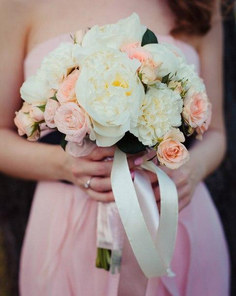 Букет №61 (свадебный). Состав: пионы, кустовые пионовидные розы Бомбастик, кустовые розы Свит Сара, диантус.