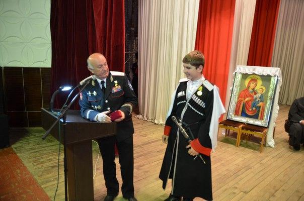 Школьник из Зеленчукской получил атаманские часы из рук казачьего генерала