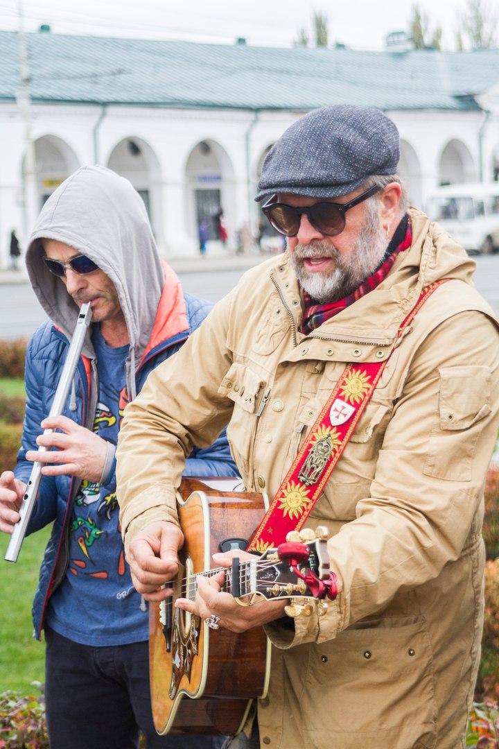 Импровизированный концерт БГ на улице в Костроме попал в Сеть