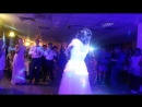 Невеста поет своему мужу песню