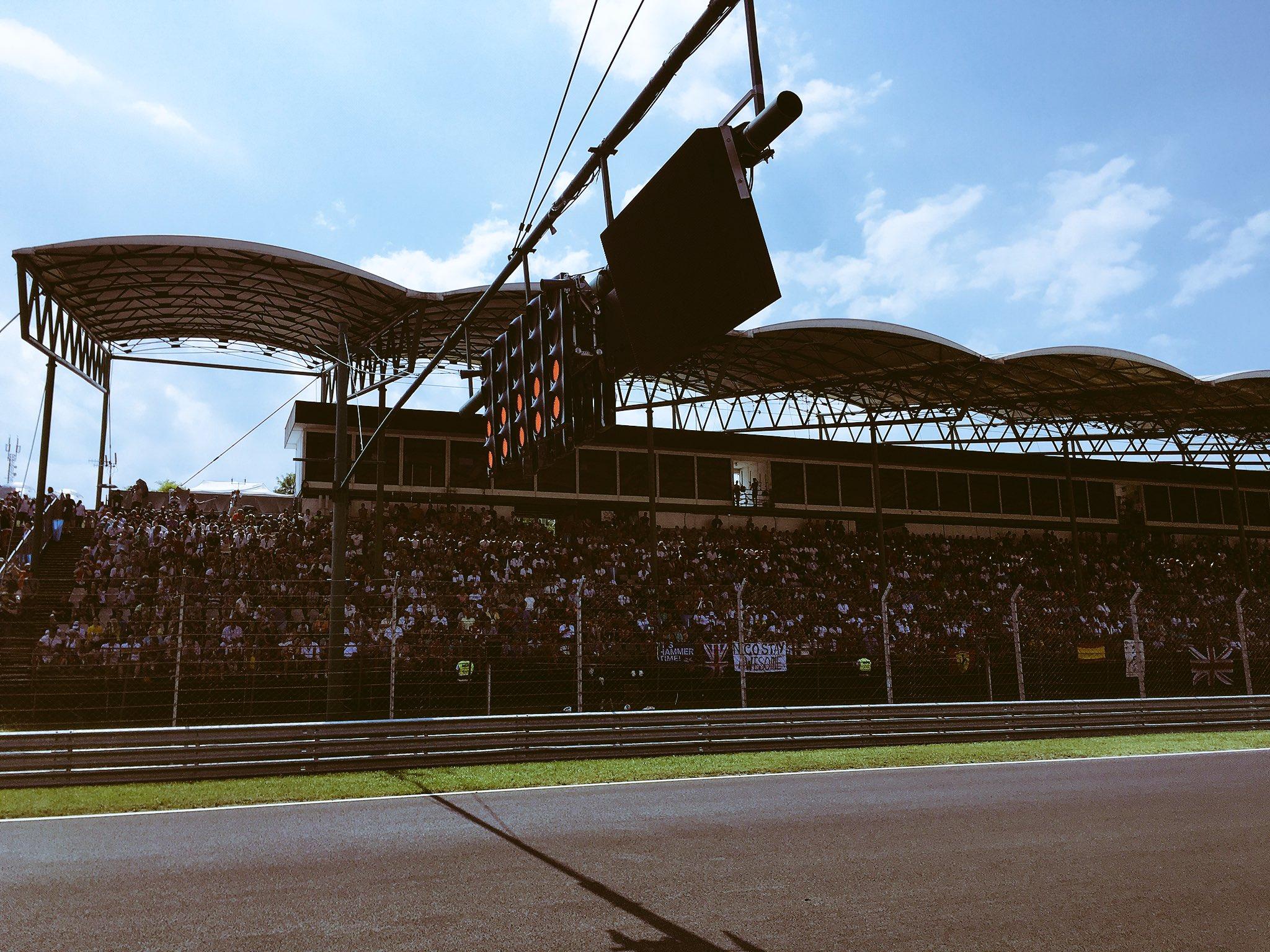 Светофоры на стартовой прямой автодрома Формулы-1 в Венгрии