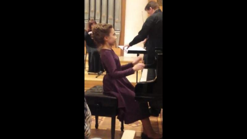 гра на фортепіано з камерним оркестром