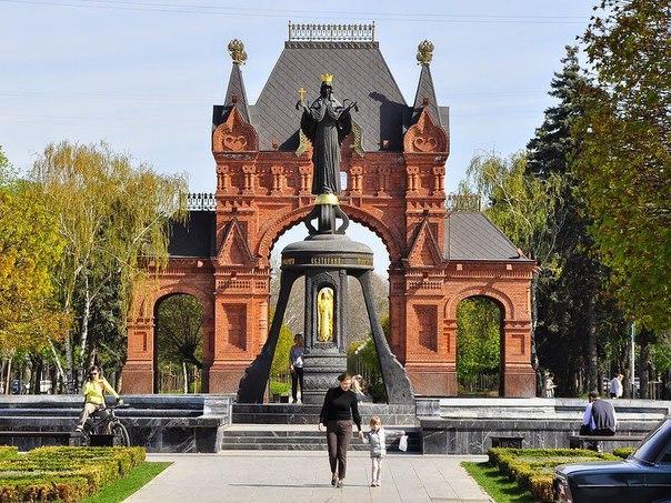 Памятник великомученице Екатерине и Триумфальная арка в