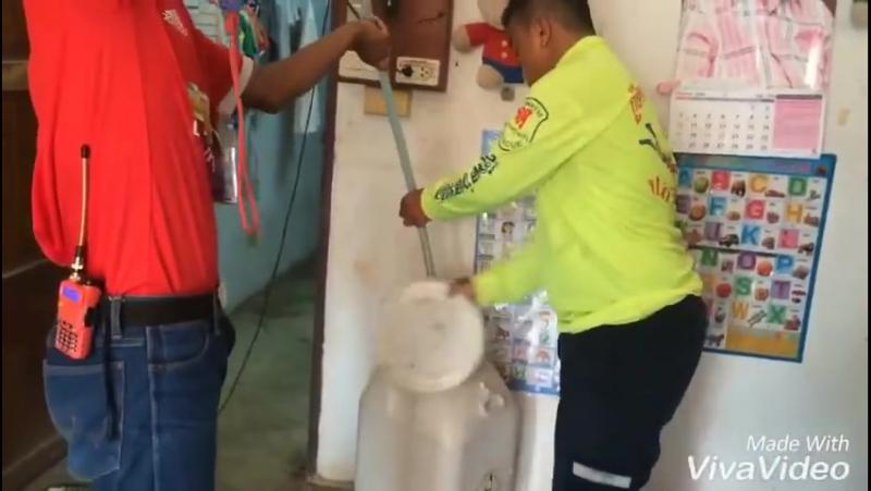 Тайские спасатели ловят змею Сакэу 02.08.2016