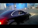 BMW дрифтует вокруг лады.