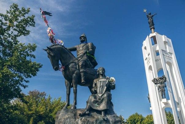 Монумент Александру Пересвету и Бояну на Покровской