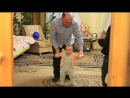 Дедушка танцует с внуком