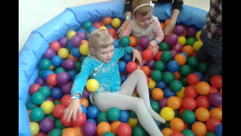 Алёна в бассейне с шарами
