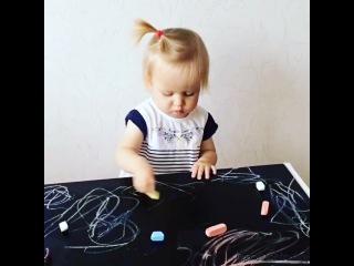 Очаровательная куколка занимается за столиком-песочницей Myplayroom! У нас самые волшебные мини-модели😍😍😍 У Маши и Полины @ poli