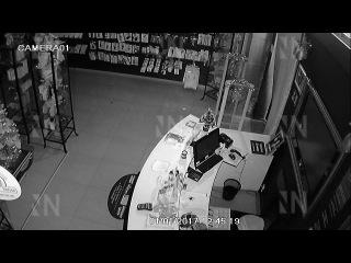 В Санкт-Петербурге парочка с пивком ограбила секс-шоп