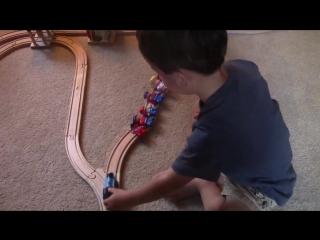 2-летний малыш злобно и забавно решил классическую дилемму с вагонеткой