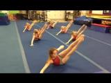 Американские гимнастки тренируют пресс