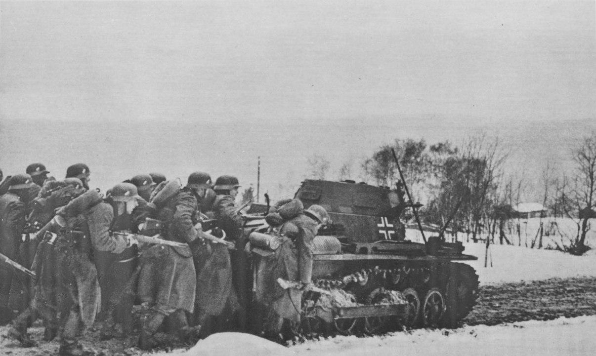 Немецкие солдаты передвигаются за танком Pz.Kpfw. I по дороге в Норвегии, 1940 г.