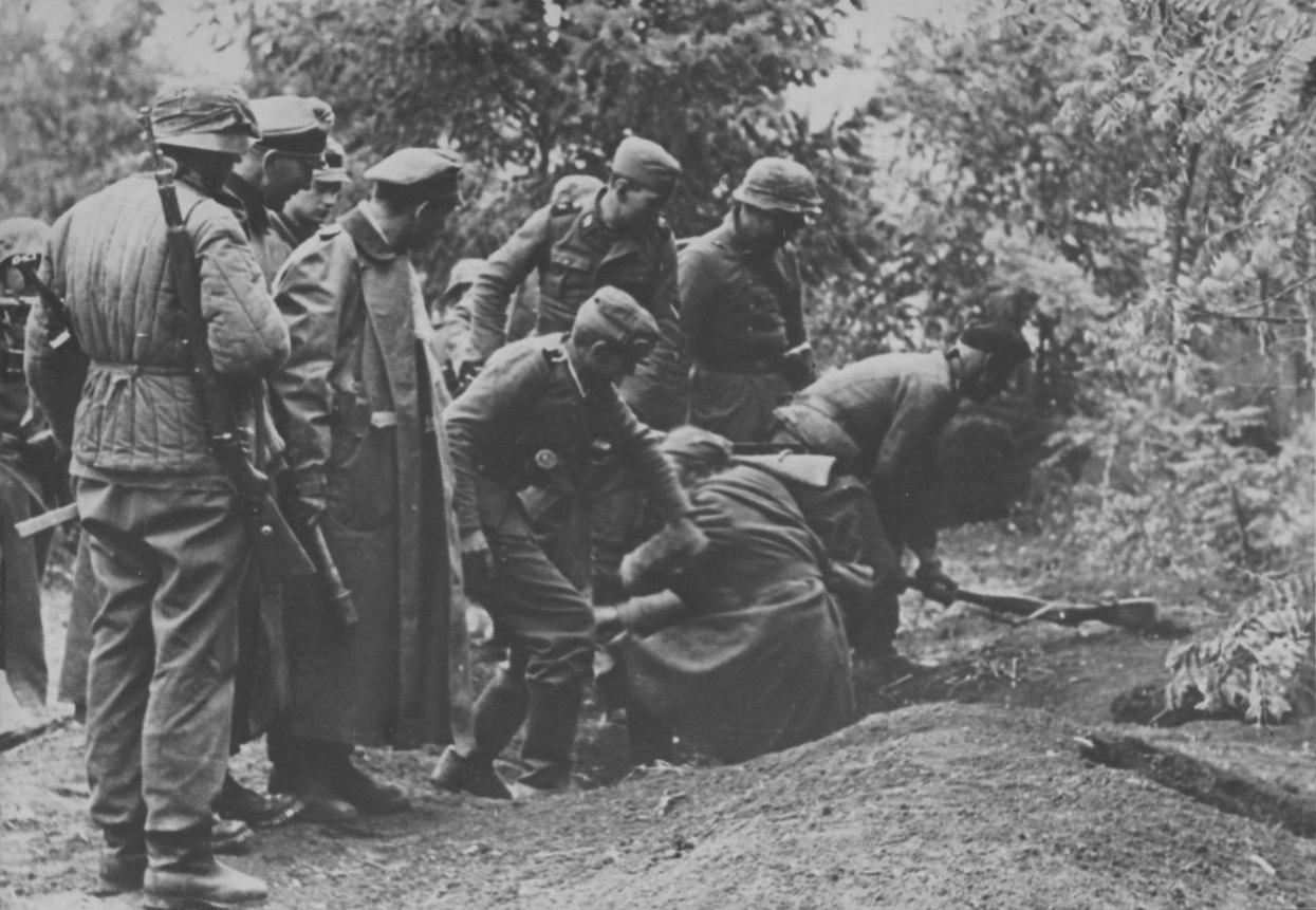 Солдаты СС вытаскивают советского снайпера из укрытия, 1942 г.