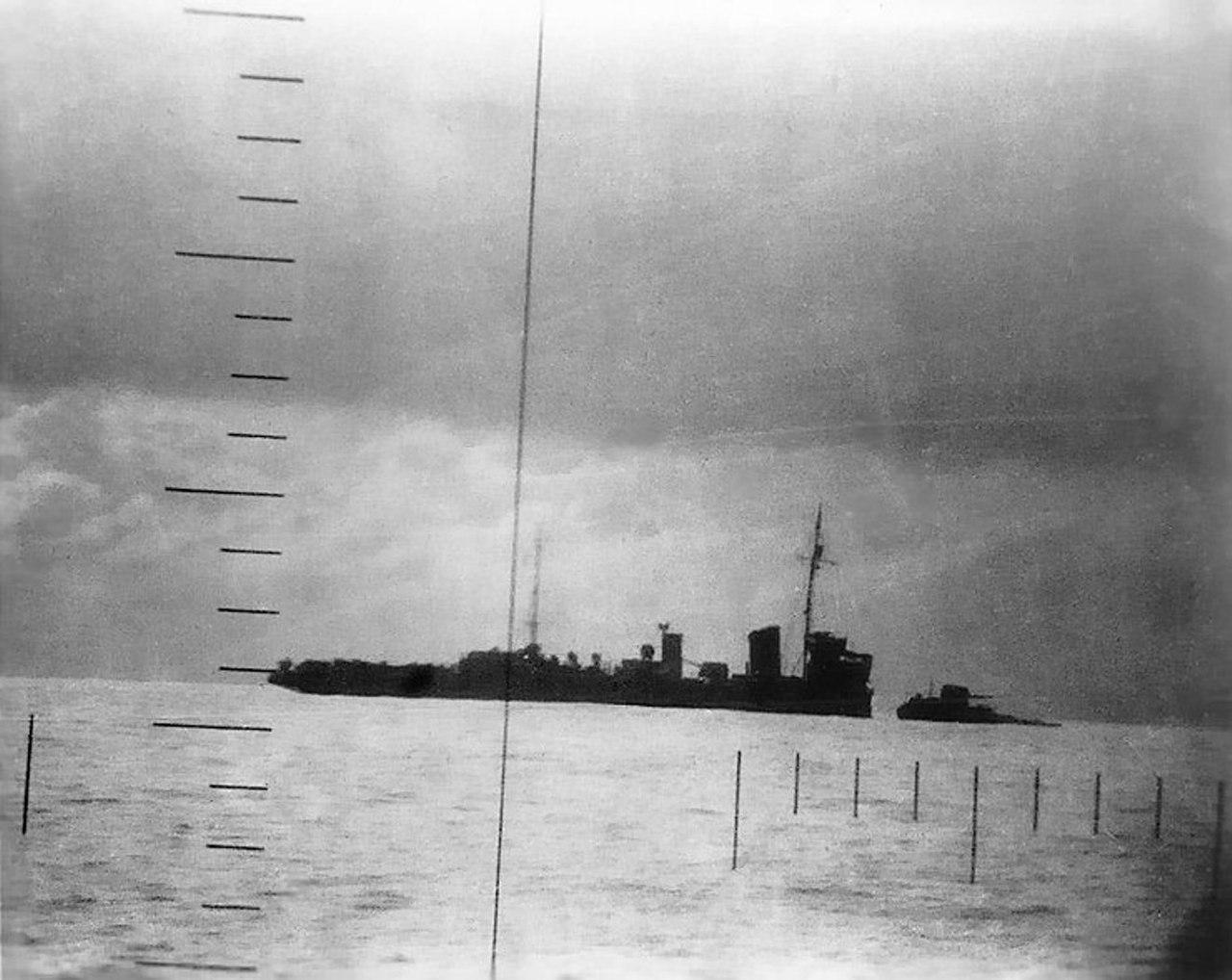 Японский патрульный корабль тонет после попадания торпеды, выпущенной с американской подлодки «Сивулф», 23 апреля 1943 г.