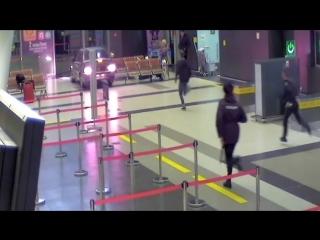 Лихач на авто катается по аэропорту в Казани