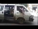 This is a must see: men dexterity on crutches-Это надо видеть: ловкость мужчины на костылях