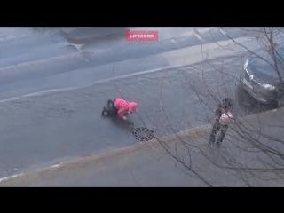 Мать оставила ребёнка инвалида сидеть в луже на дороге (#ЯЖМАТЬ)