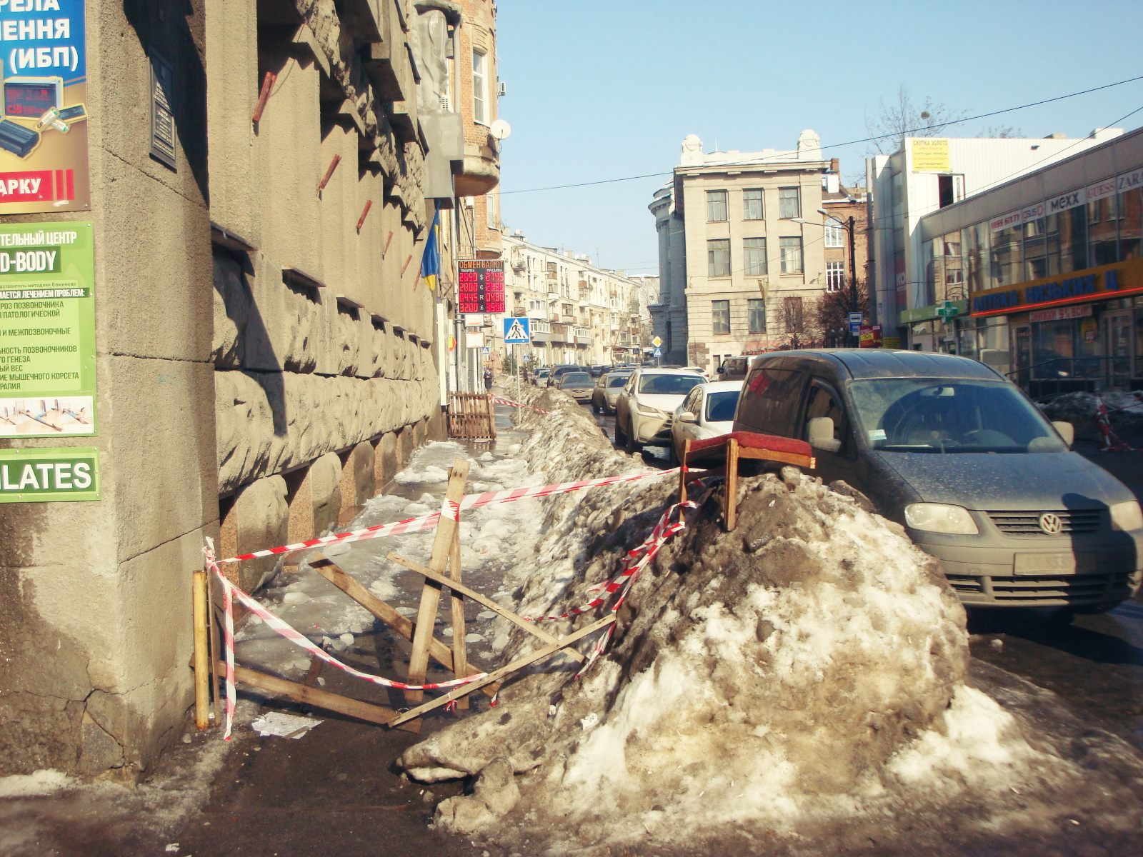 Вцентре Харькова надевушку упала снежная глыба льда