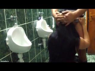 porno-soset-v-tualete-v-klube